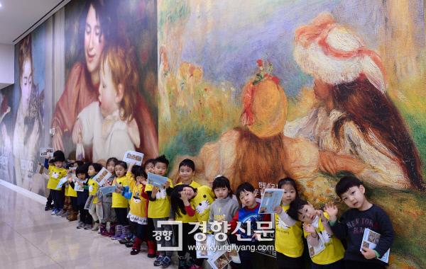 르누아르전이 열린 16일 서울 시립미술관에서 성동구 성삼보듬이나눔이 어린이집 어린이들 관람을 하고 있다./ 박민규 선임기자