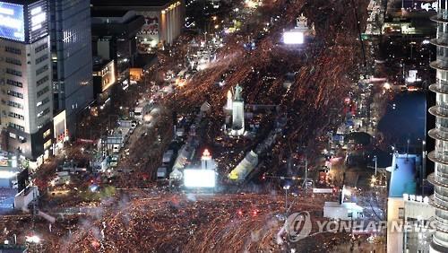 지난 10일 서울 광화문 광장의 제7차 촛불집회 모습. [연합뉴스 자료사진]