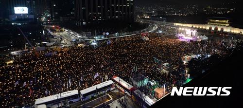 【서울=뉴시스】홍효식 기자 = 17일 오후 서울 종로구 광화문 광장에서 열린 박근혜 대통령 즉각 퇴진을 위한 제8차 촛불집회에서 참석자들이 촛불을 들고 구호를 외치고 있다. 2016.12.17.   yesphoto@newsis.com