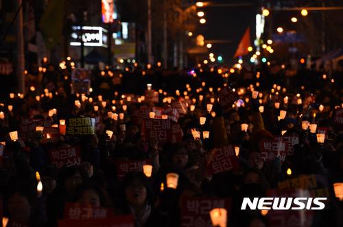 """【대전=뉴시스】함형서 기자= 17일 오후 대전 서구 둔산동 갤러리아 타임월드 앞에서 열린 """"박근혜 대통령 퇴진 5차 시국대회에 참석한 시민들이 촛불을 들고 있다. 2016.12.17.   foodwork23@newsis.com"""