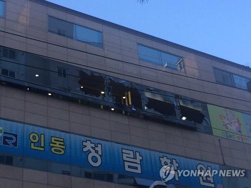 (구미=연합뉴스) 17일 경북 구미시 구평동 한 어린이 실내놀이터 건물에서 불이 나 50분만에 진화됐다.