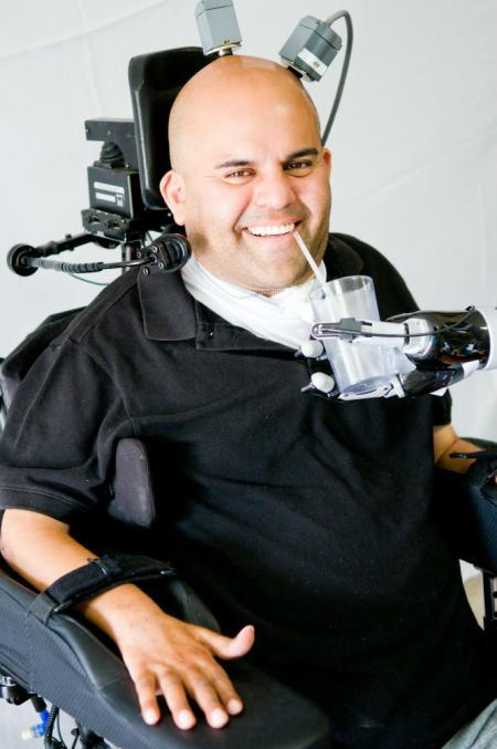 총상으로 목 아래가 마비됐던 에릭 소토는 뇌 속에 인공칩을 넣는 수술을 한 뒤 자신의 손을 움직일 수 있게 됐다. 캘리포니아공대 누리집 갈무리