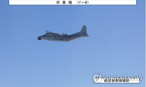(도쿄=연합뉴스) 중국 폭격기 등 군용기 8대가 9일 대한해협 동수도(일본명 '쓰시마 해협') 상공을 통과해 동중국해와 동해 사이를 왕복 비행한 것을 긴급 발진한 일본 자위대 전투기가 확인했다고 일본 언론이 전했다. 사진은 일본 방위성 통합막료감부가 인터넷 홈페이지에 공개한 중국 조기 경보기 모습. 2017.1.9 [방위성 통합막료감부 제공자료 캡처]