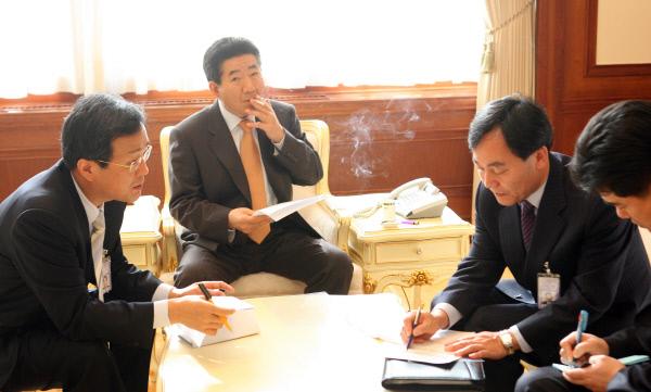 2007년1월9일 집무실에서 회의 ⓒ 장철영