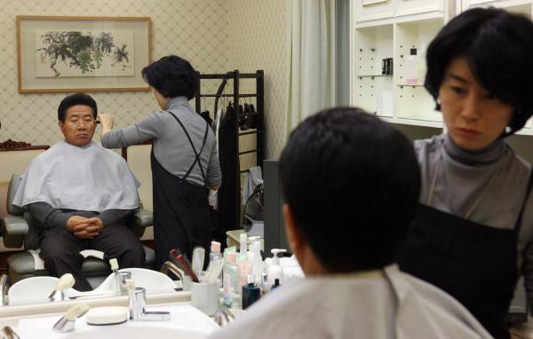 2007년1월 9일 관저에서 얼굴화장하는 노대통령. ⓒ 장철영