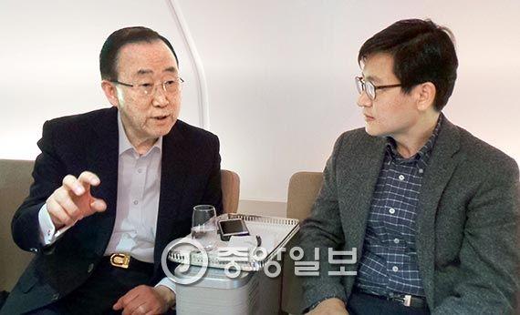 반 전 총장과 인터뷰하는 이상렬 특파원(오른쪽).