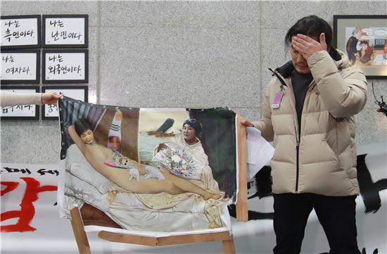 24일 오후 서울 여의도 국회 의원회관 로비에서 이구영 작가가 보수성향 시민에 의해 파손된 자신의 작품 '더러운 잠'을 들어보이고 있다. 사진 = 연합뉴스