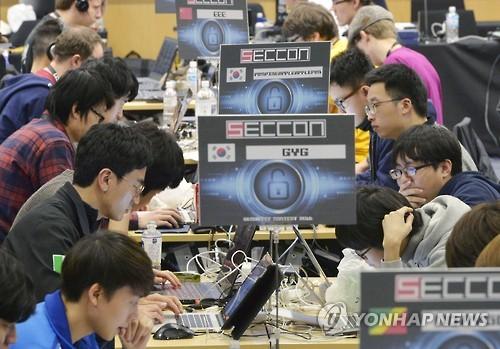 (도쿄 교도=연합뉴스) 일본 최대의 해커대회인 '세쿠콘(SECCON)에서 한국팀 'CyKor'가 대상을 차지했다. 사진은 28~29일 도쿄 덴키(電機)대에서 열린 이 대회 결승전에서 한국 선수들이 경합을 벌이고 있는 모습. 2017.1.29