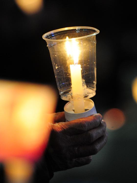 11일 서울 광화문광장에서 열린 15차 촛불집회에 주최 측 추산 서울 75만명, 지방 5만6000명이 모였다. 총 15차례 촛불집회에 참가한 연인원은 전국 1200만명이 넘는다./ 사진제공=뉴스1