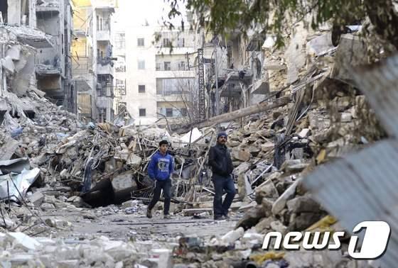 시리아 정부군이 반군으로부터 탈환한 알레포 인근 과거 반군장악 지역 페허로 변해 있다. © AFP=뉴스1