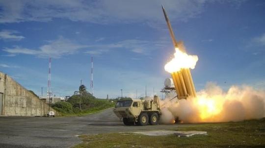 미군이 2014년 미국 미사일방어(MD) 체계의 핵심인 사드(THAAD·고고도미사일방어체계)를 시험 발사하고 있다. 미국 국방부 미사일방어청 제공