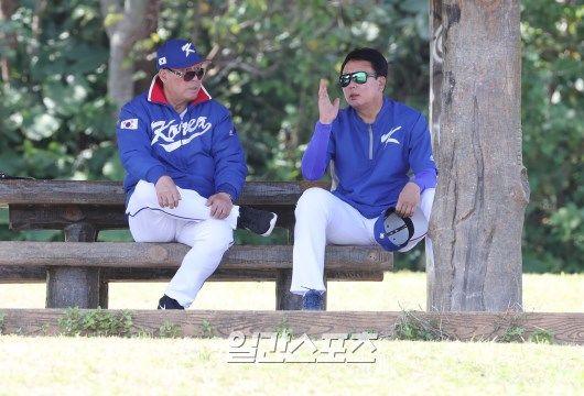 김인식 감독과 선동열 투수 코치. 오키나와(일본)=김민규 기자