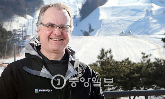 스키 코스 설계의 세계적인 권위자인 데이브 펠리우스가 자신이 설계한 휘닉스 스노우파크의 슬로프스타일 코스 앞에서 활짝 웃고 있다. [평창=신인섭 기자]