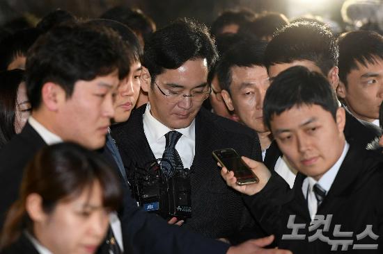 영장실질심사를 마친 이재용 삼성전자 부회장이 16일 오후 서울중앙지법에서 구치소로 이동하는 차량으로 이동하고 있다. (사진=박종민 기자)