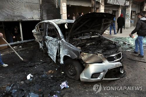시리아 홈스 지역에서 이달 10일(현지시간) 정부군의 로켓 공격으로 자동차와 건물이 크게 부서졌다. [EPA=연합뉴스]