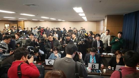 21일 오후 서울 군자동 세종대학교에서 '인간 VS 인공지능 번역 대결'이 펼쳐졌다. 주최측 스탭들이 (오른쪽부터) 시스트란, 네이버, 구글 번역기를 이용해 주어진 지문을 번역하고 있다. /노자운 기자