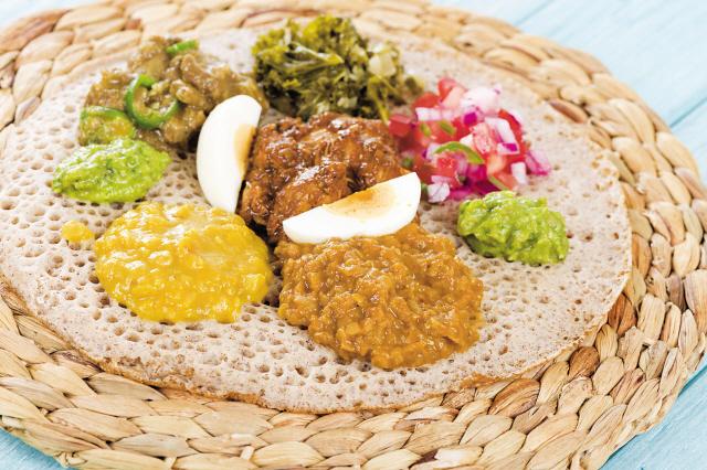 테프가루로 만든 인제라는 에티오피아 전통빵으로 고기나 스튜를 떠 먹거나 샐러드 토핑을 올려 먹는다.