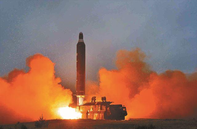 북한은 '중장거리 전략탄도로케트 화성-10'(무수단 미사일)의 시험발사 사진을 공개하며 무기 개발 수준을 과시했다. 연합뉴스.