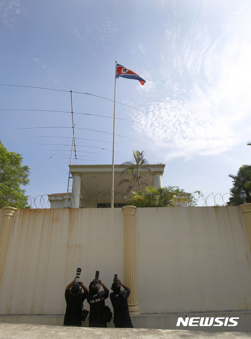 【 쿠알라룸푸르=AP/뉴시스】말레이시아 쿠알라룸푸르 북한대사관 앞에서 8일 사진기자들이 푸른 하늘을 배경으로 펄럭이고 있는 북한 국기를 촬영하고 있다. 2017.03.08