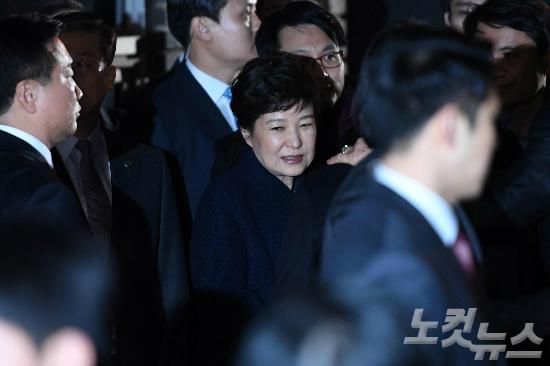 박근혜 전 대통령이 탄핵 인용 사흘만인 12일 오후 청와대에서 퇴거해 삼성동 사저에 도착하고 있다. (사진=박종민 기자)