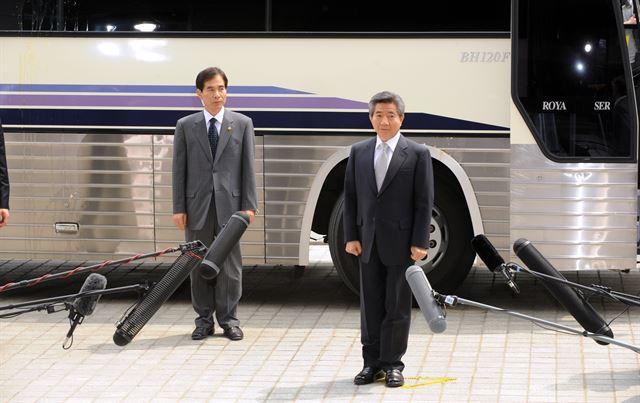 2009년 노무현 전 대통령이 특정범죄가중처벌법상 뇌물 혐의 피의자 신분으로  대검청사에 도착해 버스에서 내려 포토라인에 서고있다. 한국일보 자료사진