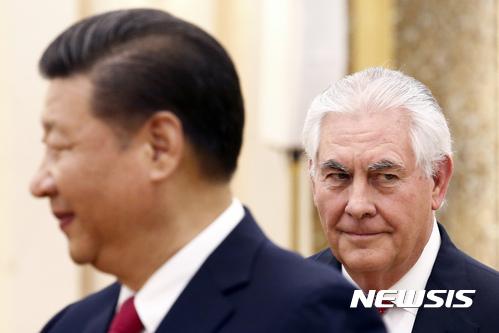 """【베이징=AP/뉴시스】중국 시진핑(習近平) 국가주석이 19일 오전 베이징 인민대회당에서 렉스 틸러슨 미국 국무장관과 회담을 열기에 앞서 틸러슨 장관이 시 주석 뒤에 서있다. 시 주석은 이날 회담에서 """"협력 만이 미·중 양국의 현명한 선택""""이라고 밝혔다. 2017.03.19"""