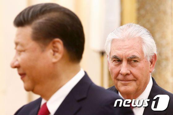시진핑 중국 국가주석(왼쪽)과 19일 중국 베이징에서 회동한 렉스 틸러슨 미 국무장관(오른쪽) © AFP=뉴스1