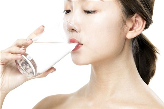 ▲치아 건강에는 당분이 없고 미네랄 성분이 풍부한 물을 마시는 것이 좋다.[사진제공=유디치과]
