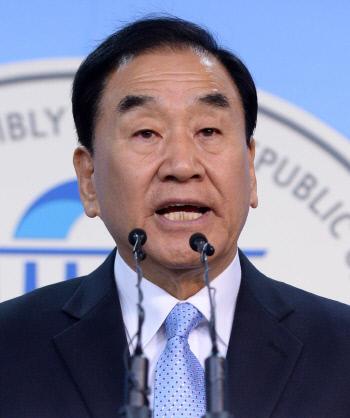 늘푸른한국당 이재오 공동대표가 20일 국회 정론관에서 19대 대선 출마선언을 하고 있다.   김기남 기자