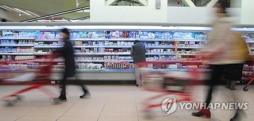 지난 2월 서울의 한 대형마트 유제품 코너 앞으로 시민들이 지나고 있는 모습[연합뉴스 자료사진]