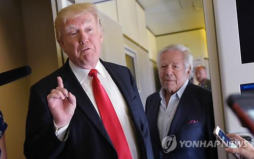 """도널드 트럼프 대통령이 지난 19일(현지시간) 팜비치 국제공항을 떠나기 전 대통령 전용기 '에어포스원'에서 취재진에게 말하는 모습. 그는 이 자리에서 김정은에 대해 """"매우 매우 나쁘게 행동한다""""고 비판했다. [AFP=연합뉴스]"""