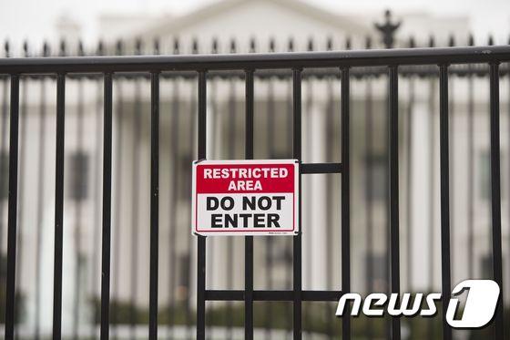 미국 백악관 울타리에 붙은 '진입금지' 경고문. © AFP=뉴스1