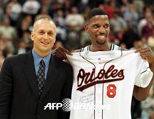 칼 립켄 주니어와 A,C, 그린. MLB와 NBA의 두 철인이 만난 순간의 모습. ⓒAFPBBNews = News1