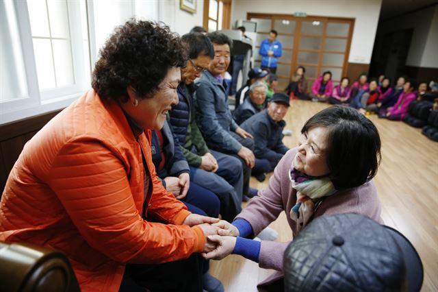 전남 소안도에 간 김정숙 여사가 주민들과 손을 잡은 채 이야기를 나누고 있다. 문재인 후보 캠프 제공