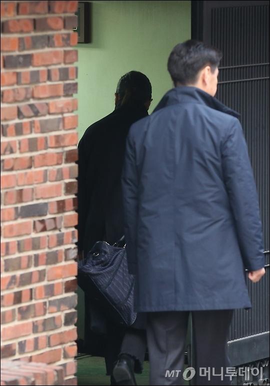 21일 오전 박 전 대통령의 화장을 담당하는 정매주 원장이 서울 강남구 삼성동 박 전 대통령 자택으로 들어서고 있다./사진=임성균 기자