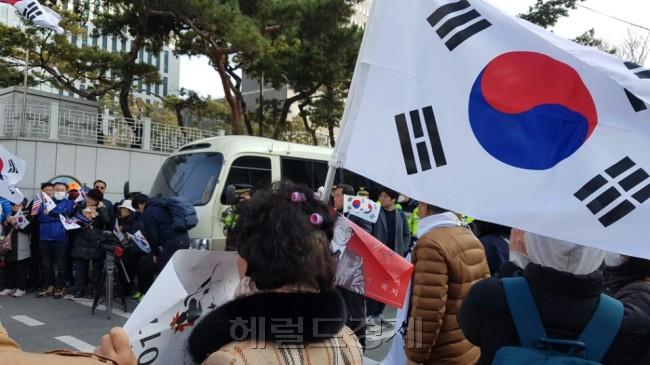 일부 탄기국 회원들이 머리에 헤어롤을 한 채 서울중앙지검 앞에서 시위를 벌이고 있다. [사진=손지형 기자/consnow@heraldcorp.com]