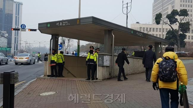 지하철 2호선 서초역 출구에도 경찰들이 배치됐다. [사진=손지형 기자/consnow@heraldcorp.com]