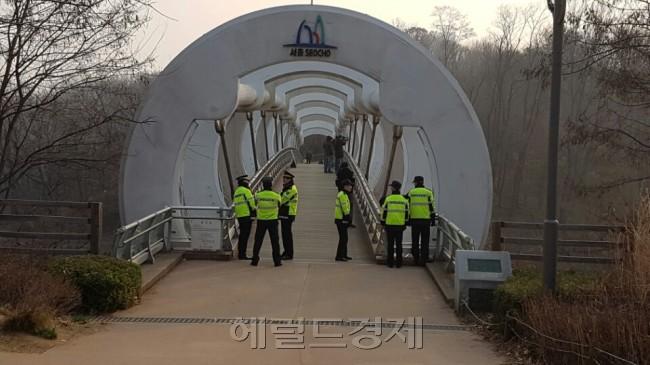 서울중앙지검 청사 쪽으로 이어지는 육교에도 이른 아침부터 경찰들이 경계근무를 서고 있다. [사진=손지형 기자/consnow@heraldcorp.com]