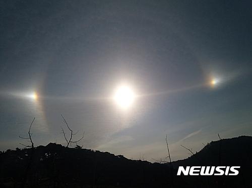 【영주=뉴시스】김진호 기자 = 지난 12일 오전 8시23분께 경북 영주시 부석사 하늘에 태양 3개가 보이는 '환일현상(또는 무리해 현상)이 나타났다. 2017.03.21 (사진= 영주시 제공)  photo@newsis.com
