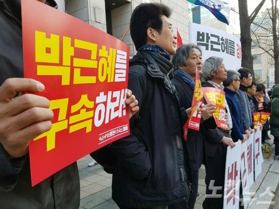 박근혜 전 대통령이 피의자 신분으로 출두하자 검찰 밖은 촛불의 야유와 태극기의 함성으로 들썩였다. (사진=CBS사회부)