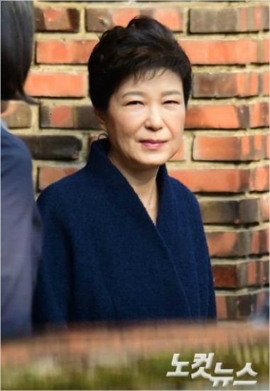 박근혜 전 대통령이 21일 오전 검찰에 출석하기 위해 서울 삼성동 자택을 나오고 있다. (사진=윤창원 기자)