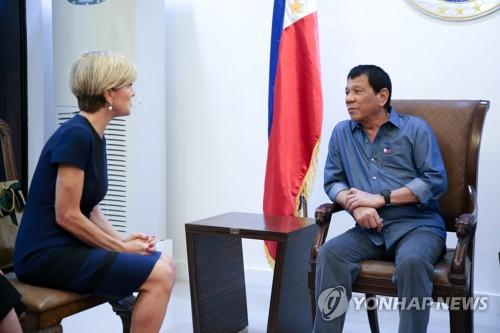 지난 17일 필리핀 민다나오 섬 다바오의 대통령 영빈관에서 만난 로드리고 두테르테(오른쪽) 필리핀 대통령과 줄리 비숍 호주 외교장관[AFP=연합뉴스]