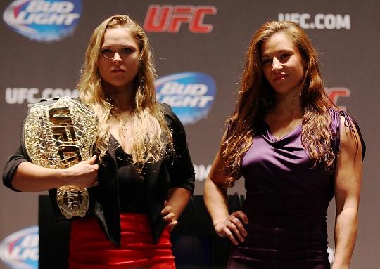 UFC 론다 로우지와 미샤 테이트가 리얼리티 프로그램 TUF 시즌 18 기자회견에서 촬영에 응하고 있다. 사진='UFC 아시아' 제공