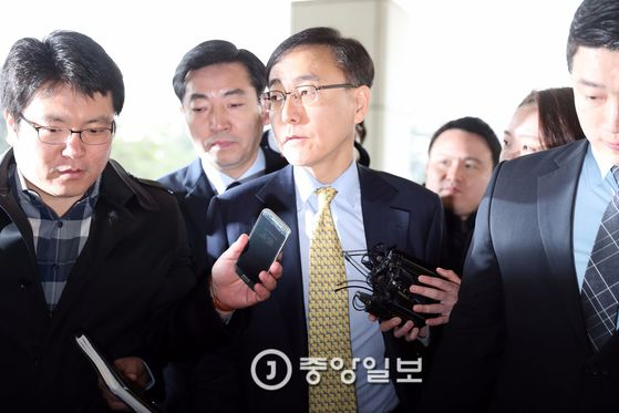 27일 오전 서초동 대검찰청으로 김수남 검찰총장이 출근하며 기자들의 질문을 받고 있다. [중앙포토]
