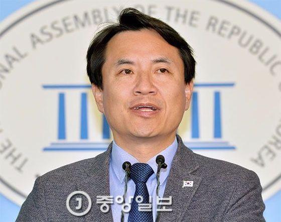 김진태 의원이 국회 정론관에서 기자회견을 하고 있다. [중앙포토]