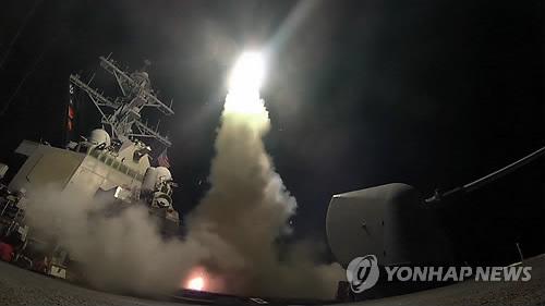 (지중해 AP=연합뉴스) 7일(현지시간) 지중해에 있는 미 해군 소속 구축함 포터함에서 시리아의 알샤이라트 공군기지를 목표로 토마호크 크루즈 미사일이 발사되고 있다. 미국의 이번 공격은 최근 시리아에서 발생한 민간인에 대한 화학무기 공격을 응징하는 차원에서 감행된 것으로, 알샤이라트 공군 비행장은 화학무기 공격을 감행한 시리아 전투기들이 이륙한 곳으로 알려졌다.      lkm@yna.co.kr