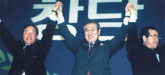1990년 1월 민주정의당·통일민주당·신민주공화당이 합당해 218석의 민주자유당 출범. 호남을 제외한 TK·PK·충청의 전격 결합에 '3당 야합'이란 비판 쏟아져. 2년 뒤 민자당 김영삼 후보 대선 승리.