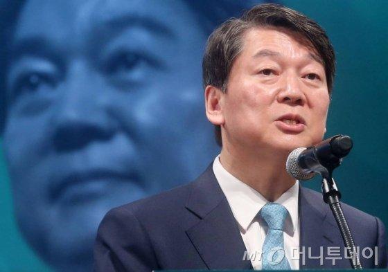 안철수 국민의당 대선후보가 14일 오전 서울 삼성동 코엑스에서 열린 무역인과의 간담회에 참석하고 있다.
