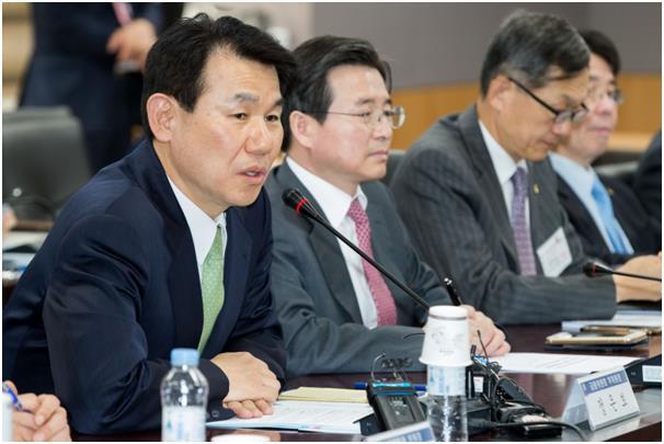 정은보(왼쪽) 금융위 부위원장이 20일 정부서울청사에서 열린 가계부채 점검회의에서 모두발언을 하고 있다.