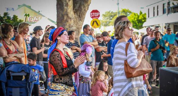 지난 3월 호주 뉴캐슬시에서 열린 버몬트 거리 카니발 축제 모습. 올해 6회째를 맞은 이 축제에는 매년 이 지역에 사는 수십개국 출신 이민자들과 지역민들이 각자의 전통과 관련된 공연을 하거나 상품, 음식을 판매하는 자리를 마련한다. 한국인의 사물놀이도 무대에 올랐다.